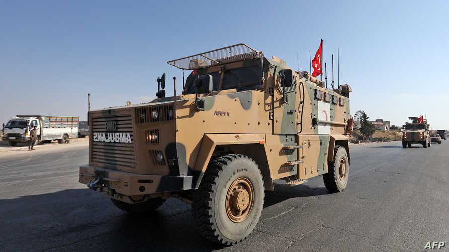 عربة عسكرية تركية ضمن قافلة تمر عبر معرة النعمان في إدلب