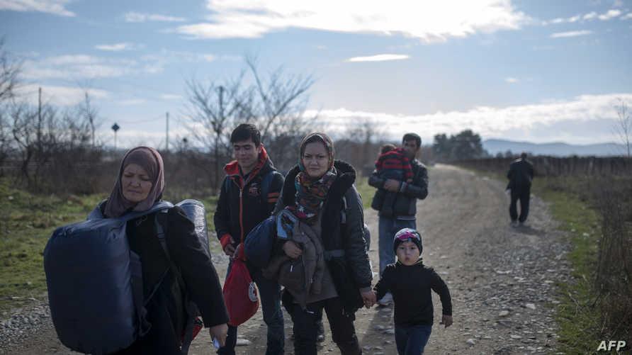 لاجئون عند الحدود بين اليونان ومقدونيا