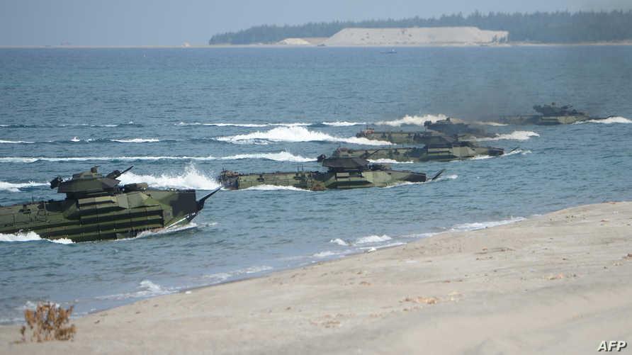 قوات البحرية الأميركية خلال مناورات مشتركة مع القوات الفيليبينية على شواطئ مدينة سان إنطونيو المواجهة لبحر الصين الجنوبي ـ أرشيف