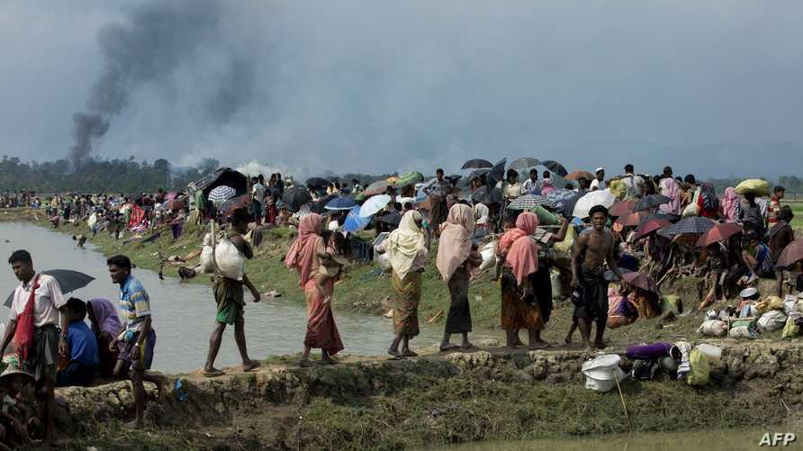أشخاص من أقلية الروهينغا خلال فرارهم من العنف