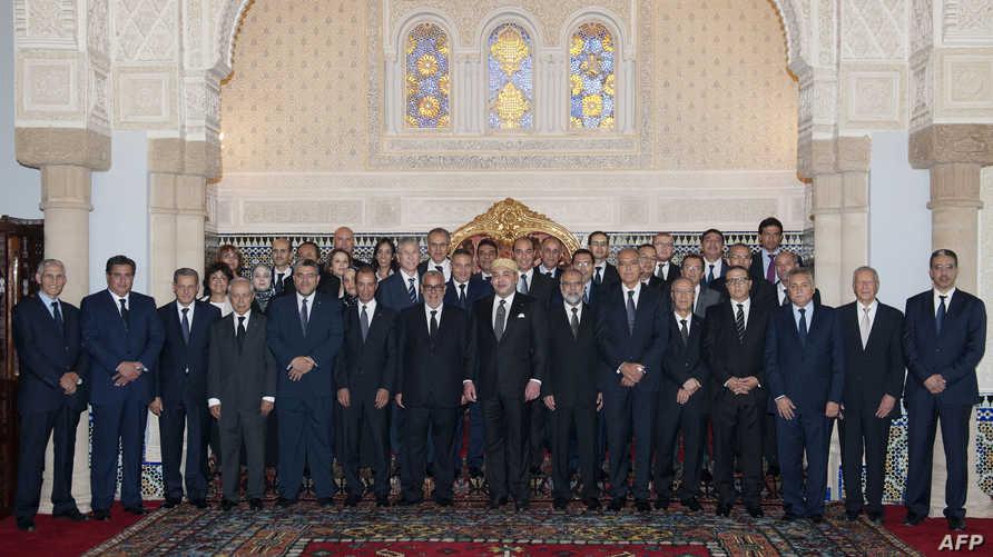 العاهل المغربي يتوسط أعضاء الحكومة الجديدة