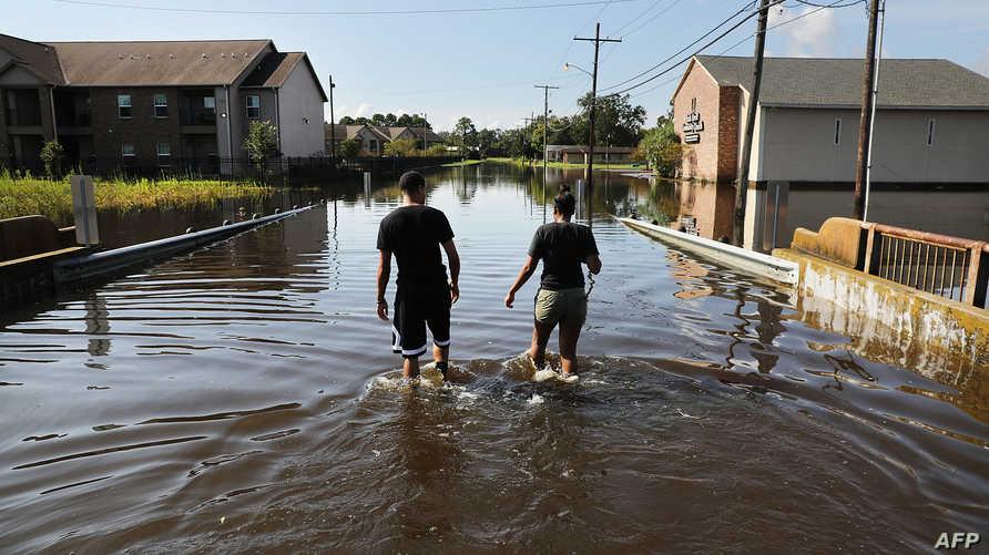 زوجان يحاولان العودة إلى حيهما في مدينة أورغون بعد أكثر من أسبوع على إعصار هارفي