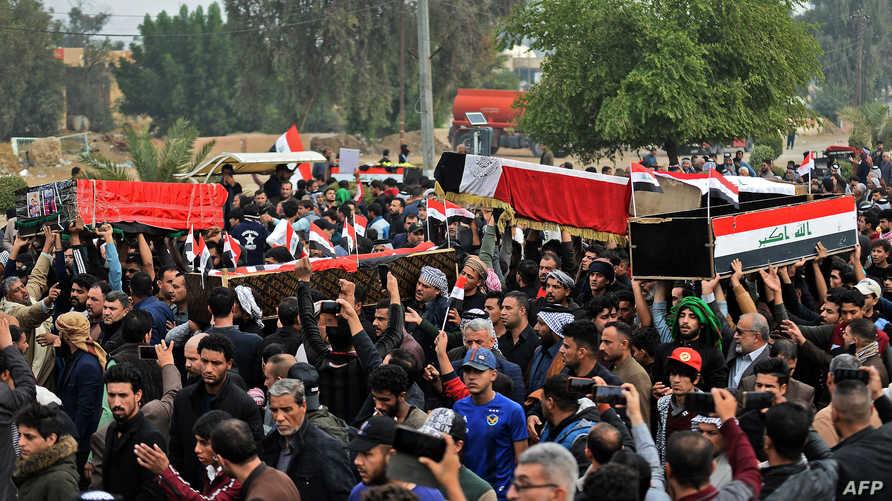 عراقيون يشيعون جثامين متظاهرين قتلوا في النجف