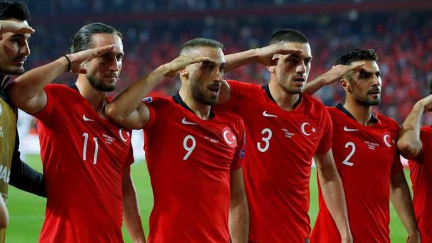 المنتخب التركي يلقي التحية العسكرية خلال مباراته مع ألبانيا التي أقيمت في 11 أكتوبر 2019 في إسطنبول
