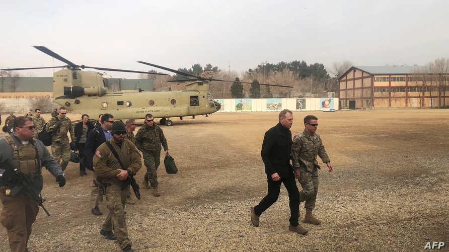 وزير الدفاع الأميركي بالوكالة أثناء وصوله إلى العاصمة الأفغانية كابل