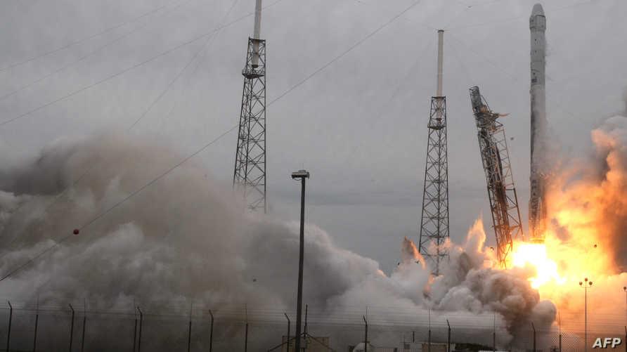 """صاروخ فالكون 9 ينطلق إلى الفضاء حاملا مركبة  """"سبايس إكس"""""""