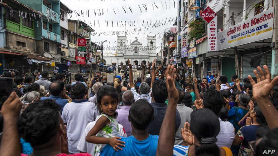 مصلون مسيحيون أمام كنيسة سانت أنثوني في كولومبو بعد أيام على اعتداءات عيد الفصح