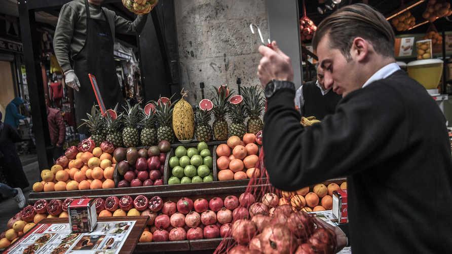 متجر لبيع الخضروات في أحد أسواق إسطنبول