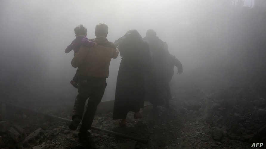 هربا من الموت في الغوطة (أ ف ب)