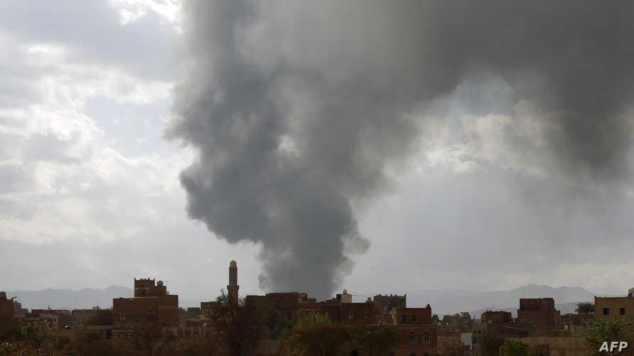 الدخان يتصاعد في سماء صنعاء إثر غارة للتحالف في اليمن- أرشيف