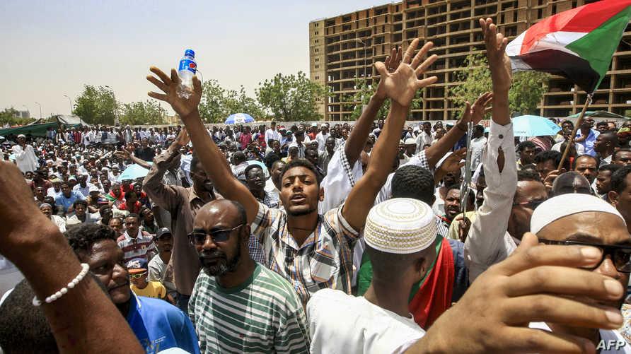 محتجون سودانيون يطالبون بإنهاء سيطرة العسكر على مقاليد الأمور