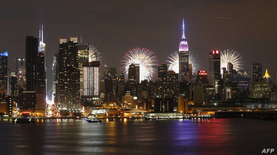 سماء نيويورك مضيئة خلال عرض الألعاب النارية الذي أقيم العام الماضي