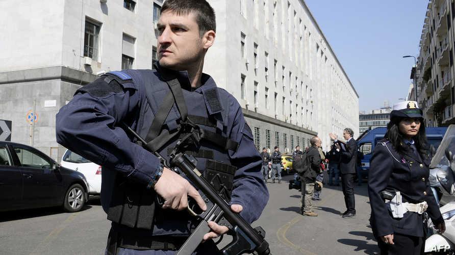 عنصران من الشرطة الإيطالية -أرشيف