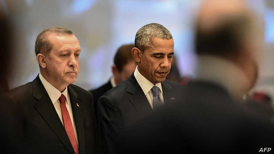 الرئيس باراك أوباما ونظيره التركي رجب طيب أردوغان في باريس خلال دقيقة صمت على ضحايا هجمات باريس، العام الماضي