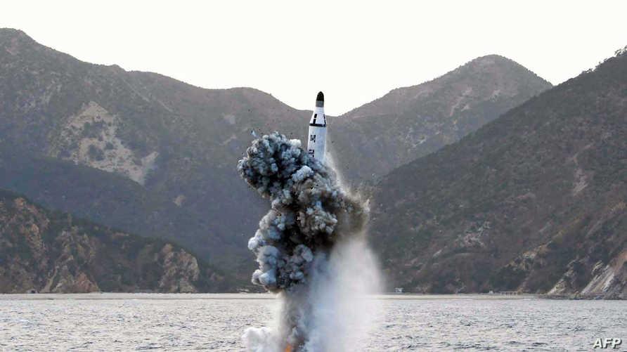تجرية إطلاق صاروخ باليستي من غواضة في كوريا الشمالية - 24 نيسان/ أبريل 2016