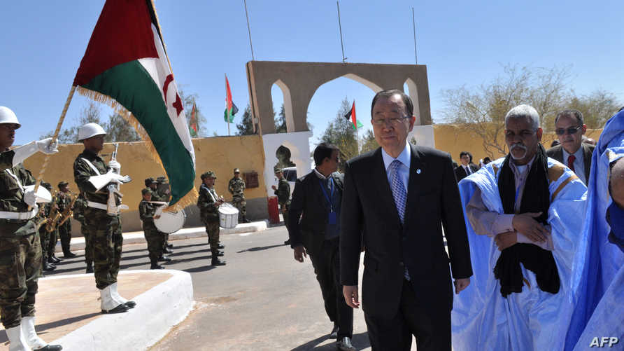 بان كي مون خلال زيارته مخيم الرابوني للاجئين الصحراويين جنوب الجزائر