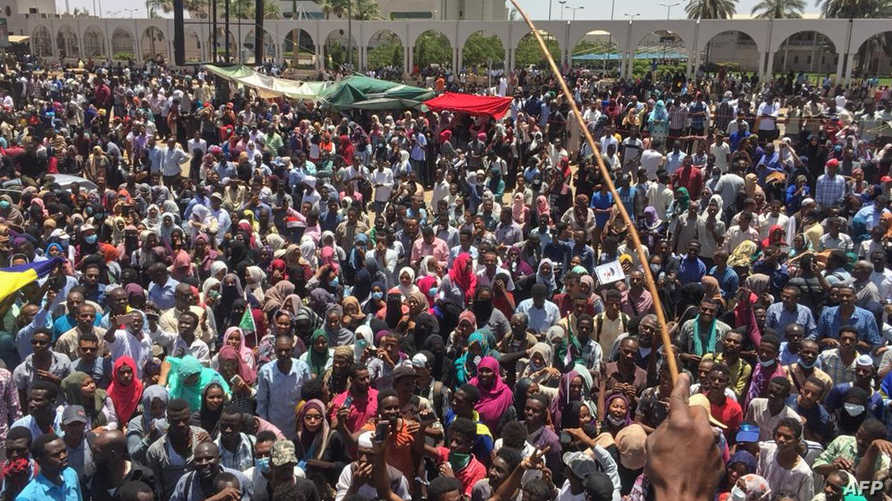 معتصمون قرب القيادة العامة للجيش السوداني في الخرطوم