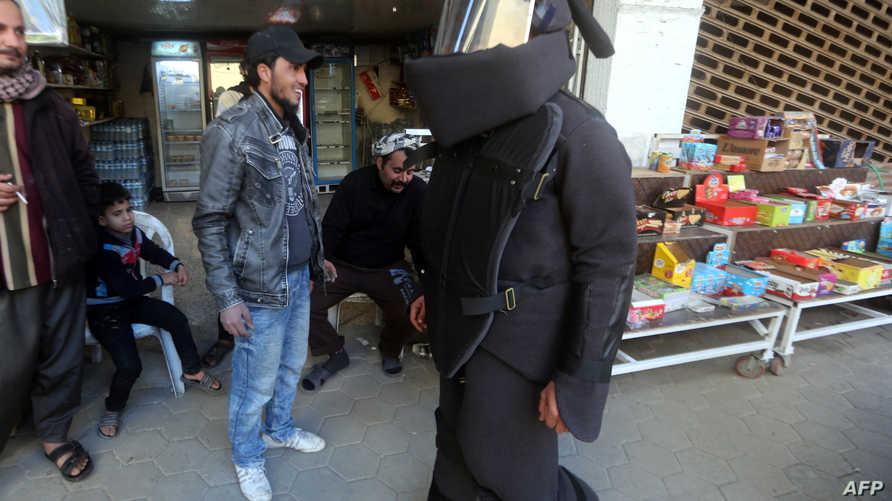 بزة رمزية مضادة للانفجارات من تصميم الفنان العراقي حسين عادل