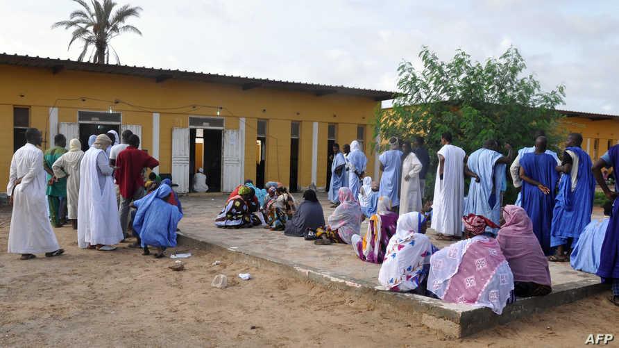 ناخبون موريتانيون أمام مركز اقتراع في نواكشوط