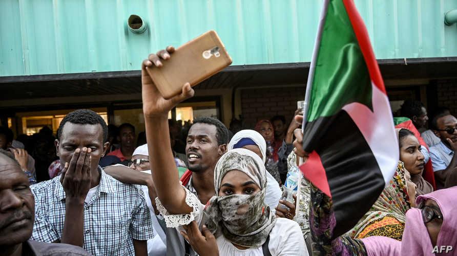 محتجون سودانيون وسط الخرطوم يستقبلون قطارا يقل متظاهرين من عطبرة قبل تظاهرة مليونية تطالب بحكم مدني