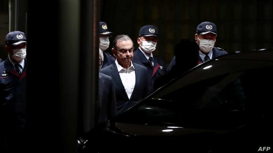 غصن خلال مغادرته مركز احتجازه في طوكيو