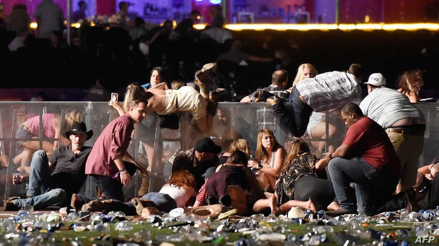 أشخاص في مكان الحادث يبحثون عن ملجأ من طلقات النار في لاس فيغاس ليل الأحد