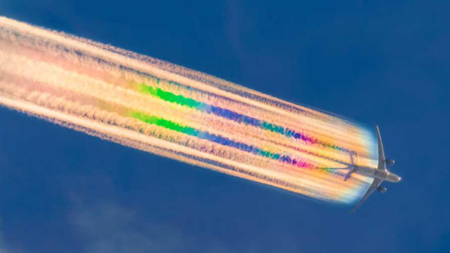 طائرة تابعة للخطوط القطرية تخلف ذيلا طويلا من ألوان قوس قزح في الجو - مصدر الصورة: مايكل مارستون