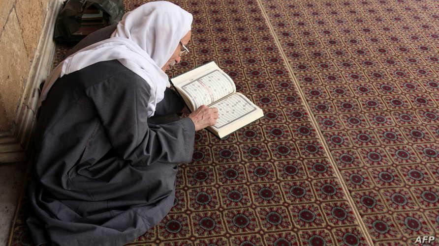 مصري يقرأ القرآن في أحد المساجد (أرشيف)