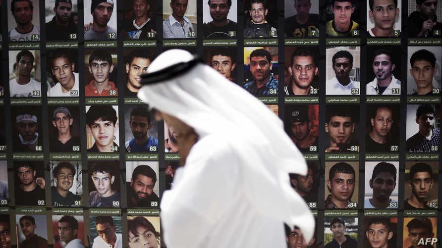 مواطن بحريني يمر أمام صور لمعتقلين من المعارضة (أرشيف)