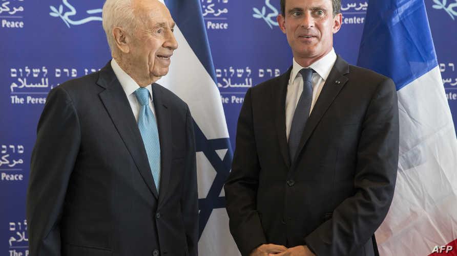 رئيس الوزراء الفرنسي مانويل فالس (يمين) والرئيس الإسرائيلي السابق شيمون بيريز خلال زيارته لإسرائيل