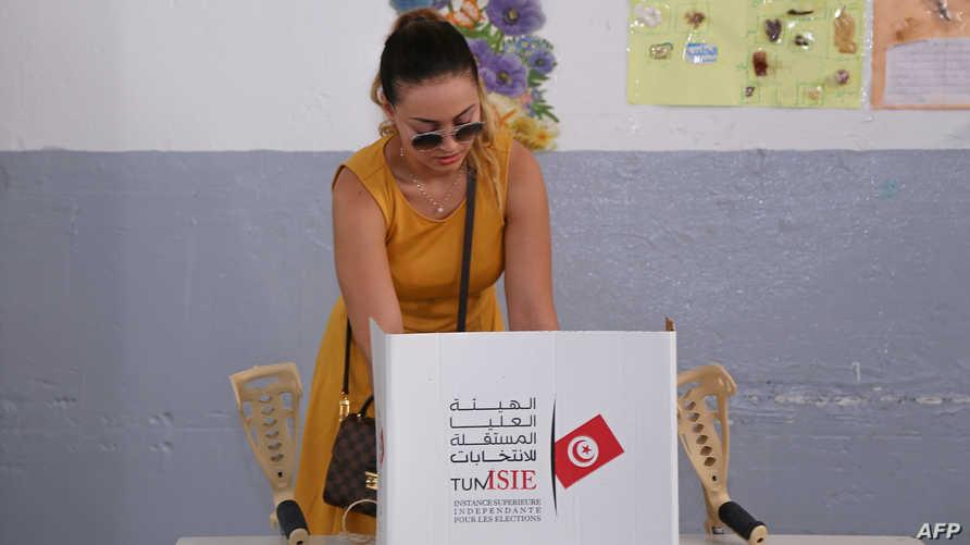 مواطنة تونسية تدلي بصوتها في الانتخابات الرئاسية