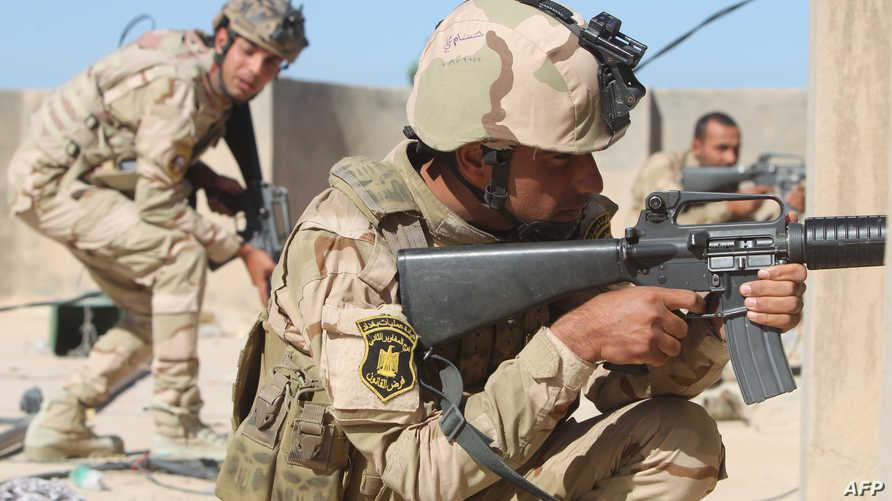 جنود عراقيون يتخذون مواقعهم خلال معارك مع داعش في الأنبار- أرشيف