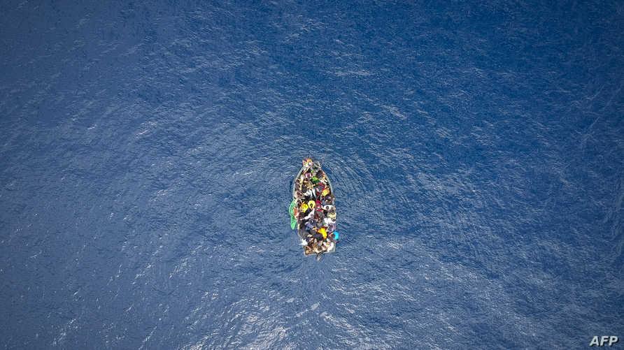 قارب سري في عرض البحر
