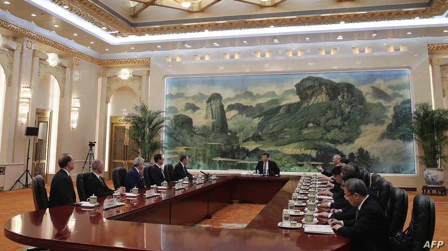 الوفد الأميركي خلال اجتماعه مع الرئيس الصيني