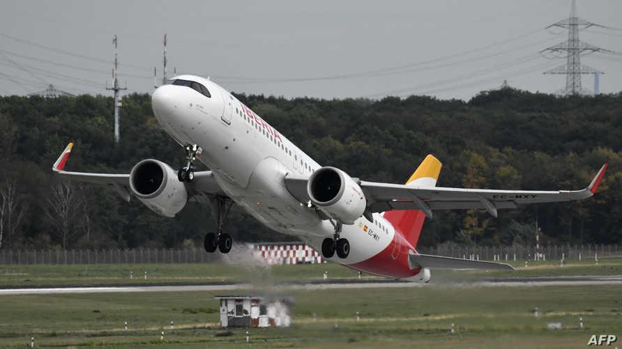 طائرة إيرباص A-320 تقلع من مطار في دوسلدورف في ألمانيا