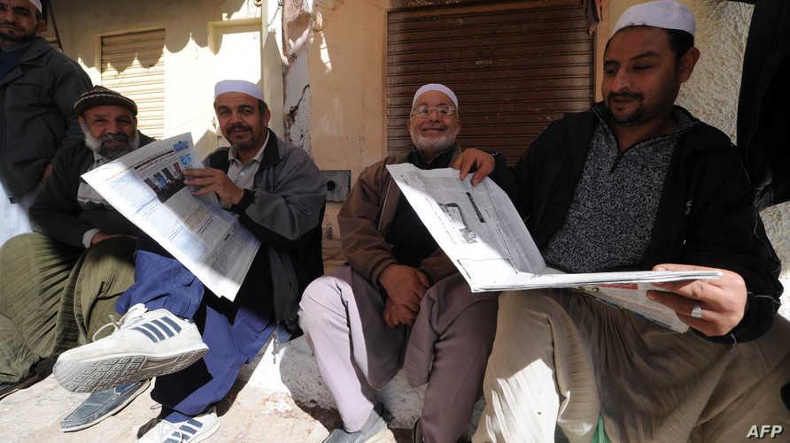 جزائريون يتصفحون الجرائد