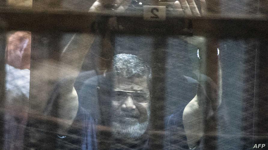 مرسي خلال جلسة النطق بالحكم ضده في 16 أيار/مايو 2015