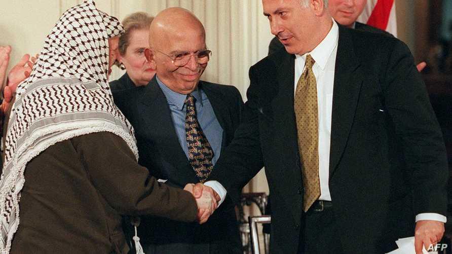 الملك حسين متوسطا نتانياهو وعرفات عام 1998