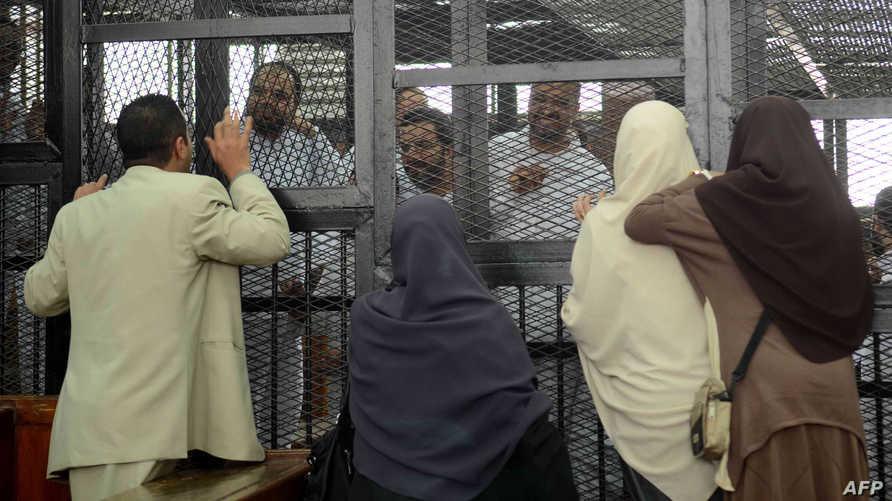 متهمون من جماعة الاخوان المسلمين مع أقربائهم داخل محكمة مصرية