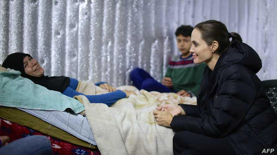 أنجلينا جولي تزور أحد مخيمات اللاجئين السوريين في لبنان
