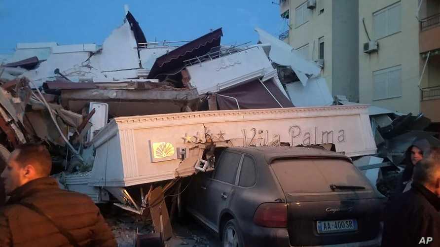 انهار مبنى مكون من 3 طوابق بسبب الزلزال