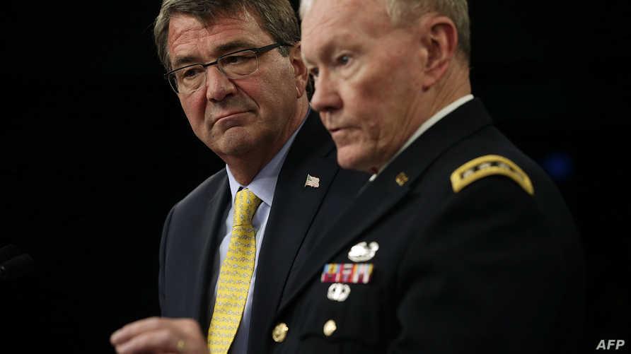 الجنرال مارتن ديمبسي ووزير الدفاع آشتون كارتر خلال مؤتمر صحافي في البنتاغون يوم 1 تموز/يوليو 2015