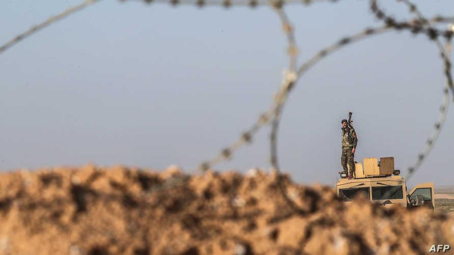 مقاتل في قوات سوريا الديمقراطية قرب الباغوز