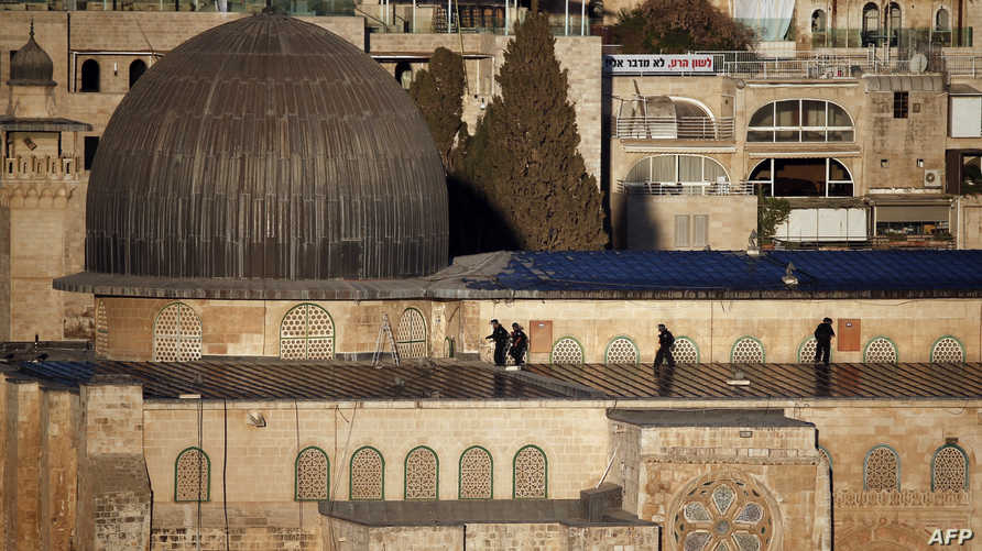 عناصر في قوات الأمن الإسرائيلية تتخذ مواقعها في المسجد الأقصى