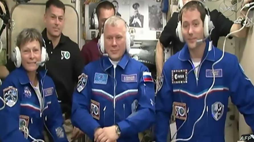 الرواد الثلاثة لدى وصولهم إلى محطة الفضاء الدولية