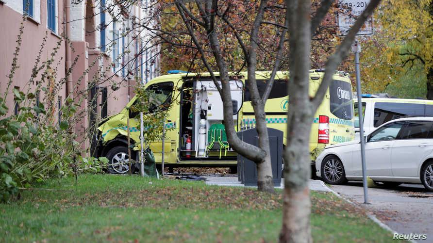 سيارة الإسعاف المسروقة في النرويج بجانب مبنى في أوسلو