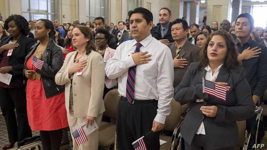 مهاجرون خلال مراسم أداء قسم الجنسية الأميركية