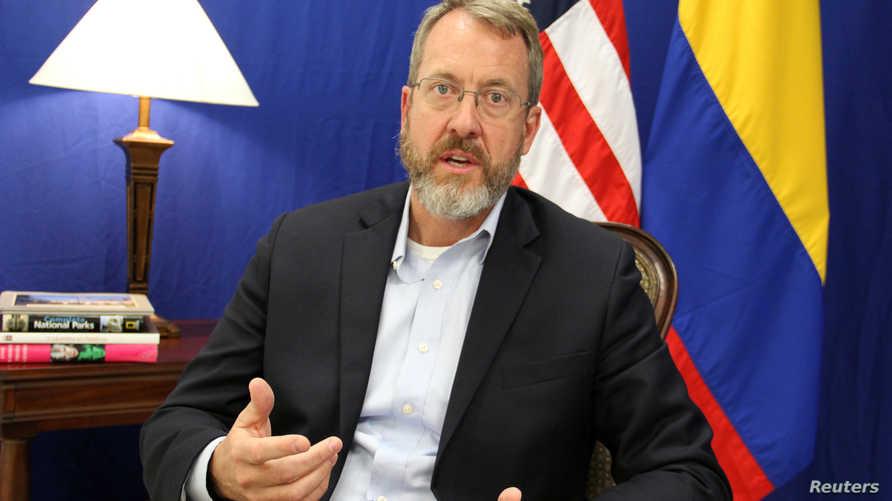 جيمس ستوري القائم بأعمال وحدة شؤون فنزويلا يتحدث خلال مقابلة مع رويترز في بوجوتا يوم 12 أبريل 2019