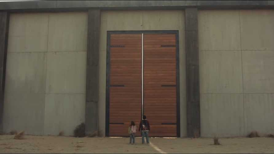 لقطة من الإعلان التلفزيوني التابع لشركة لمبر 84 المناهض لفكرة الجدار