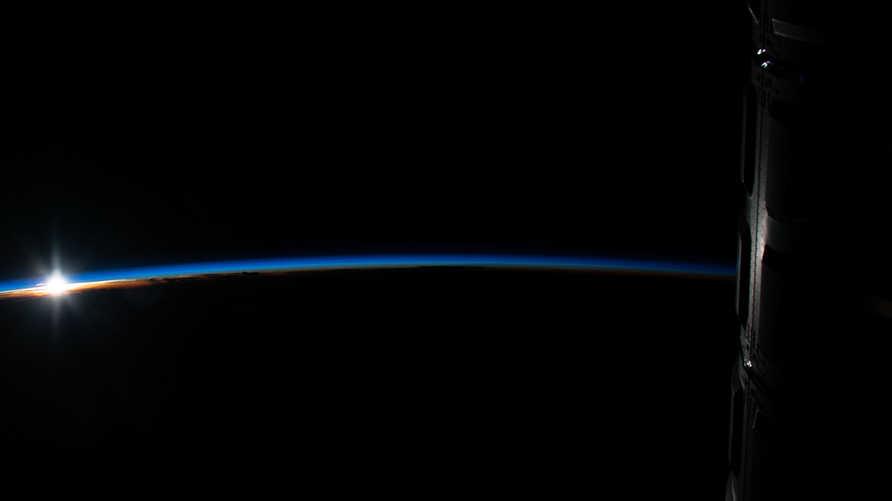 شروق الشمس فوق إندونيسا في صورة من الفضاء